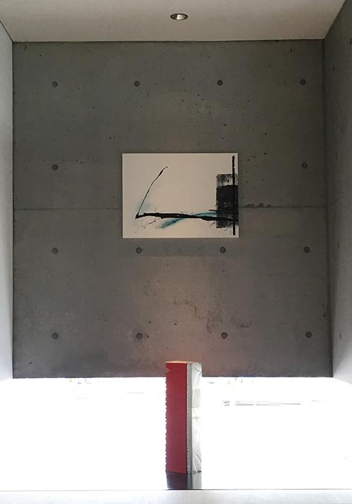 床の間に荻野丹雪の書と坪田昌之の彫刻